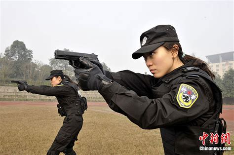 Chinese Policewomen image - Females In Uniform (Lovers